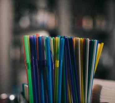 Τα πλαστικά καλαμάκια αποσύρονται από παγκόσμια αλυσίδα ξενοδοχείων, με άλλες γνωστές εταιρίες να ακολουθούν