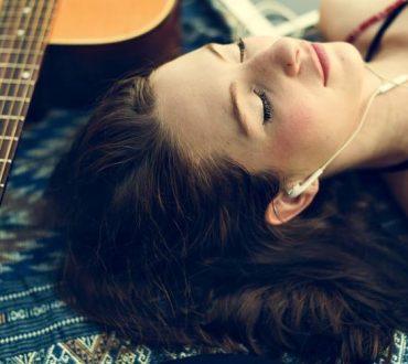 Πώς να συντονίσετε την αναπνοή σας με τους ήχους μιας ήρεμης μελωδίας (Άσκηση)