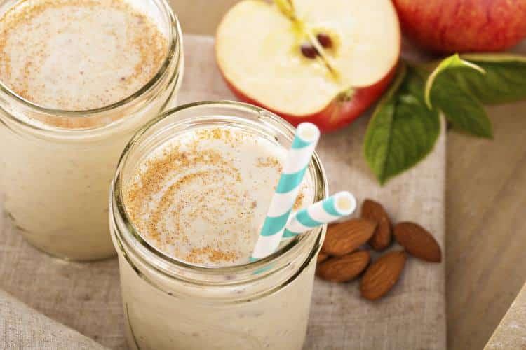 Συνταγή: Θρεπτικό smoothie με μύρτιλο, μήλο και αμύγδαλο χωρίς γαλακτοκομικά