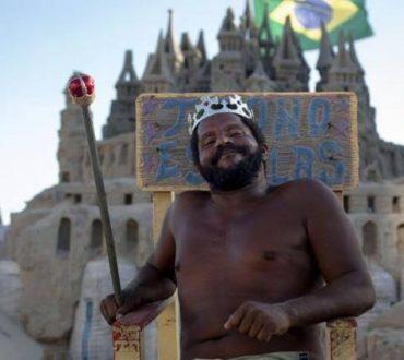 """Ένας ξεχωριστός """"βασιλιάς"""" μένει σε κάστρο από άμμο τα τελευταία 22 χρόνια"""