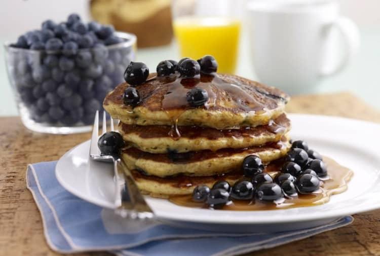 Συνταγή: Αφράτα pancakes με μέλι και μύρτιλα