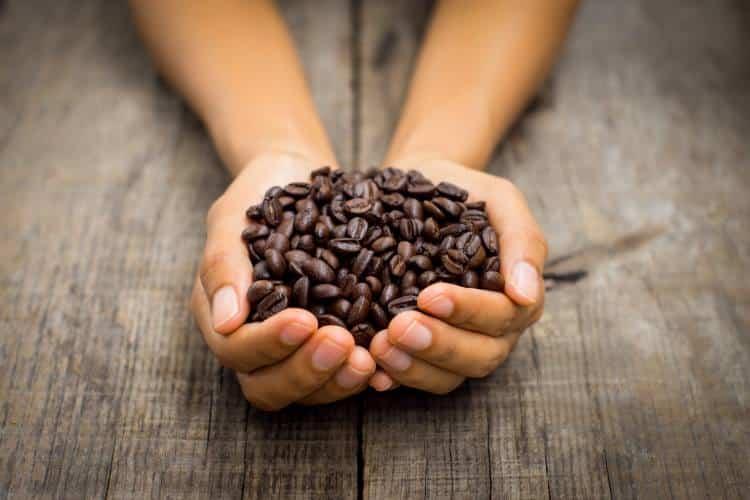 7 έξυπνοι τρόποι να χρησιμοποιήσετε τον καφέ στην επιδερμίδα και στα μαλλιά σας