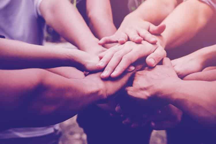 Αν θέλουμε, όχι μόνο να λεγόμαστε, αλλά και να είμαστε Άνθρωποι, μόνη λύση μας η αλληλεγγύη και η προσφορά