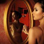 Ο νόμος του καθρέφτη: Γιατί έλκουμε τους ίδιους ανθρώπους και τις ίδιες καταστάσεις