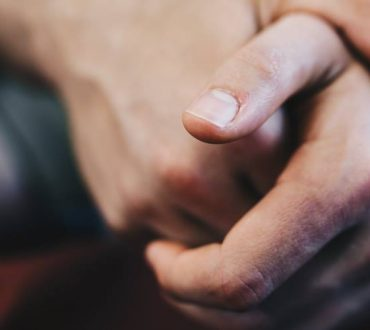 Τελικά κατά πόσο βλάπτει το «κρακ» που κάνουμε στα δάχτυλά μας;
