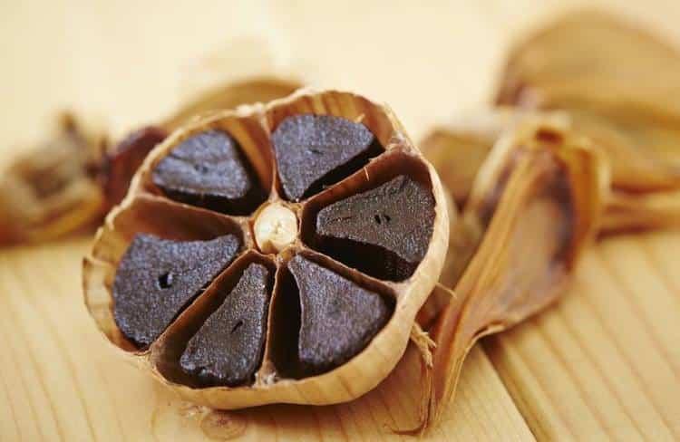 Μαύρο σκόρδο: Η άγνωστη υπερτροφή που παράγεται στον θεσσαλικό κάμπο