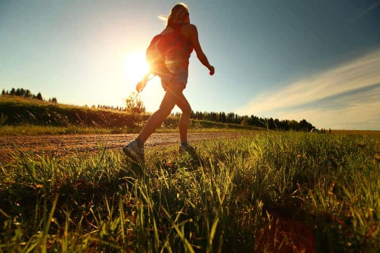Περπάτημα: Πόσες θερμίδες καίμε και πώς μπορούμε να το βελτιώσουμε