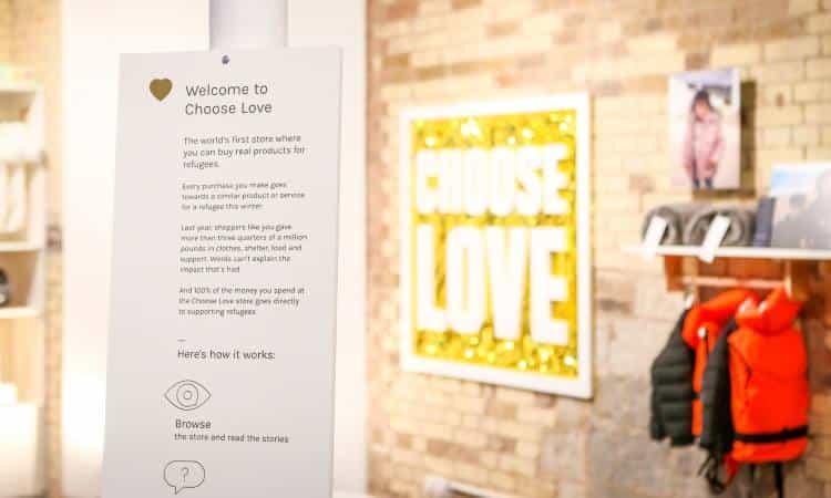 «Choose Love»: Το κατάστημα που οι πελάτες αγοράζουν δώρα στους πρόσφυγες