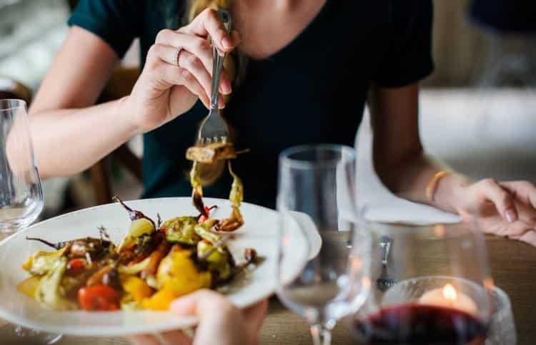Γιατί νιώθουμε υπνηλία μετά το φαγητό;