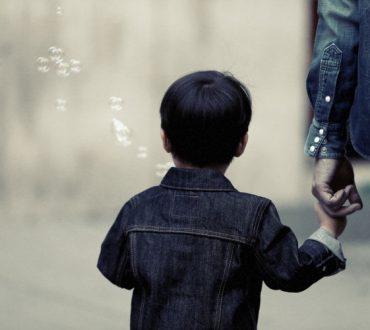 Γονείς – ελικόπτερα: Τι είναι και πώς επηρεάζουν τα παιδιά