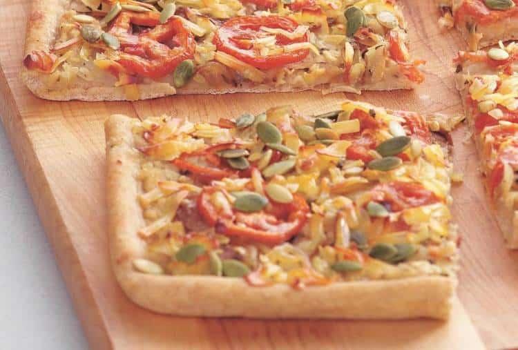 Συνταγή: Λαχταριστή χορτοφαγική πίτσα με καραμελωμένα κρεμμύδια