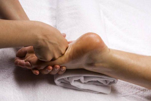 Μασάζ ποδιών: 8 βασικές τεχνικές και τα οφέλη τους