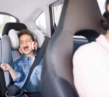 Οι ψυχολόγοι εξηγούν γιατί μας αρέσει τόσο πολύ να τραγουδάμε στο αυτοκίνητο