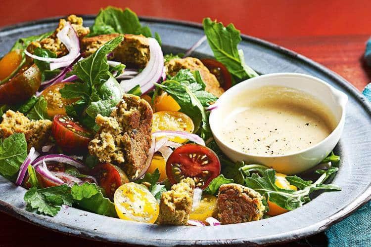 Συνταγή: Νόστιμη σαλάτα φαλάφελ με σως από ταχίνι