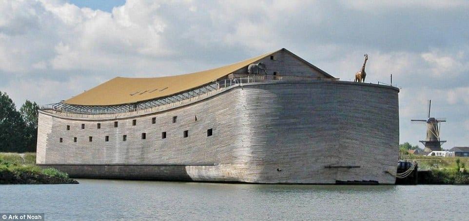 Ξυλουργός κατασκεύασε αντίγραφο της κιβωτού του Νώε και θέλει να ταξιδέψει μέχρι το Ισραήλ (φωτογραφίες)