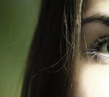 Έρευνα: Ο τρόπος που ανοιγοκλείνουμε τα βλέφαρά μας επηρεάζει τις κοινωνικές μας αλληλεπιδράσεις