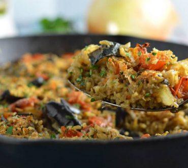 Χορτοφαγική συνταγή: Μελιτζάνα με ρύζι, κάρι, ντομάτα και βασιλικό