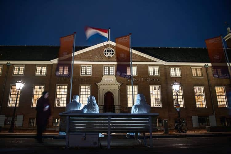 Άμστερνταμ: Ένα φωτεινό έργο τέχνης που αποκαλύπτει μια θλιβερή αλήθεια