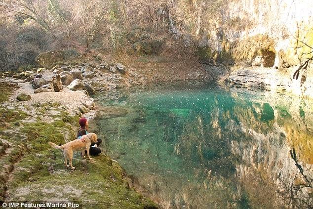 Η Ιταλίδα που παραιτήθηκε από τη δουλειά της και γυρνά τον κόσμο παρέα με τον σκύλο της