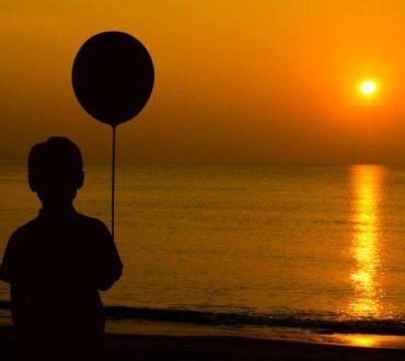 Μεγαλώσαμε και πιστέψαμε πως είναι ανόητο να αγοράζουμε μπαλόνια...