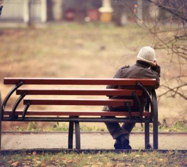 """Νέα έρευνα αποκαλύπτει σε ποιες ηλικίες νιώθουμε """"περισσότερο"""" μόνοι"""