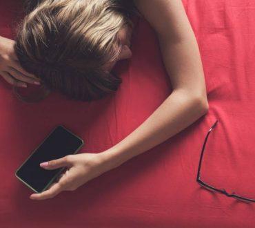 Πόσο βλαβερό είναι να κοιμόμαστε με το κινητό τηλέφωνο δίπλα μας;