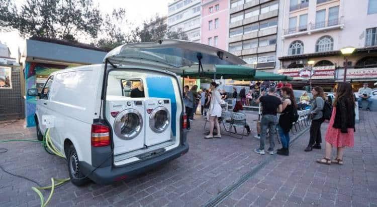 Το πρώτο κινητό πλυντήριο «αγάπης» που πλένει τα ρούχα των αστέγων