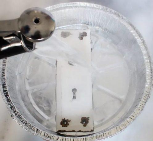 Πώς μπορούμε να αφαιρέσουμε τη μπογιά από το μέταλλο με φυσικό τρόπο