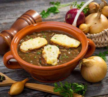 Συνταγή: Θρεπτική κρεμμυδόσουπα με κρουτόν και τυρί