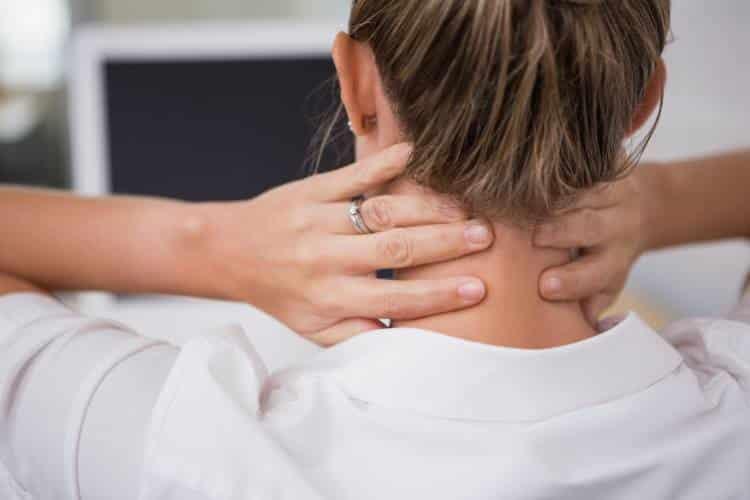 Αυχενικό σύνδρομο: Ποια είναι τα συμπτώματα και πώς μπορούμε να το αντιμετωπίσουμε