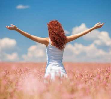 Ευτυχία: Ο ρόλος της γενετικής προδιάθεσης και πόσο μπορούμε να την ελέγξουμε