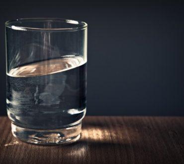 7 σημάδια που μαρτυρούν ότι πίνουμε περισσότερο νερό απ' όσο χρειάζεται το σώμα μας
