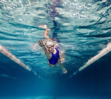 Κολύμβηση: 5 οφέλη που μας προσφέρει η επαφή με το νερό