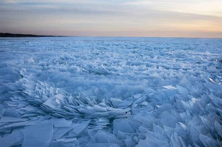 Η παγωμένη λίμνη Μίσιγκαν «σπάει σε κομμάτια» και δημιουργεί ένα μαγευτικό σκηνικό (φωτογραφίες)