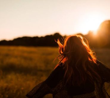 4 τρόποι να νιώσουμε ότι είμαστε αρκετοί χωρίς να περιμένουμε την αποδοχή των άλλων