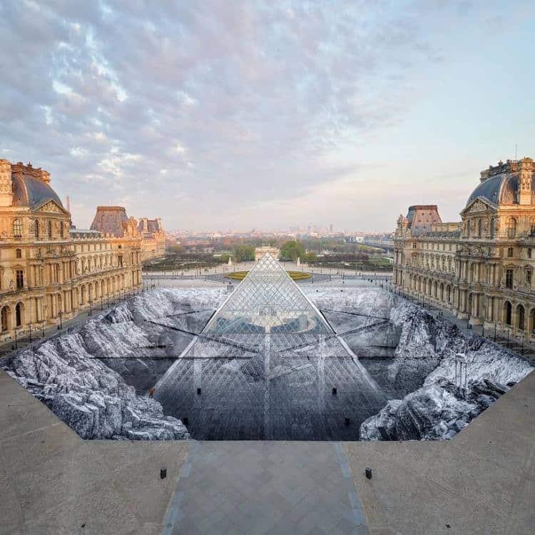 Λούβρο: Καλλιτέχνης δημιουργεί εντυπωσιακή οπτική ψευδαίσθηση στο κέντρο της πυραμίδας (φωτογραφίες)