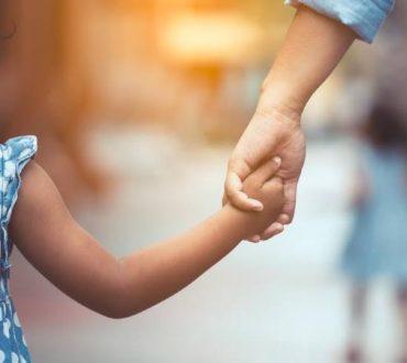 Οι παρεμβατικοί γονείς δημιουργούν αγχώδη παιδιά, σύμφωνα με έρευνα
