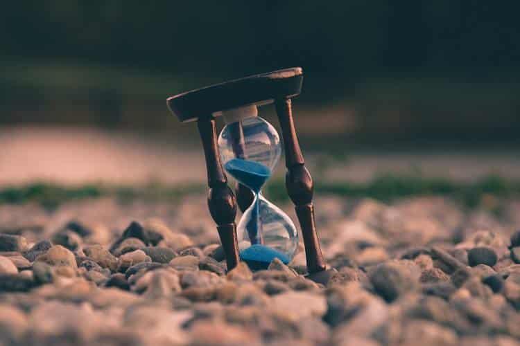 Πώς παραμένουμε αιχμάλωτοι του χρόνου (και μια άσκηση απελευθέρωσης από αυτόν)