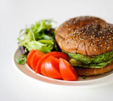 Συνταγή: Χορτοφαγικά μπιφτέκια με σπανάκι και ρεβίθια