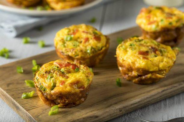Μάφιν αυγού Σε αντίθεση με τα παραδοσιακά μάφιν, τα μάφιν αυγού είναι γεμάτα πρωτεΐνη, χωρίς να περιέχουν ζάχαρη και υδατάνθρακες. Επιπλέον, μπορείτε να προσθέσετε σπανάκι και ντομάτες. Σε αυτή την περίπτωση, μπορείτε να τα φτιάξετε στην αρχή της εβδομάδας, να τα βάλετε στο ψυγείο και να παίρνετε όποτε θέλετε.