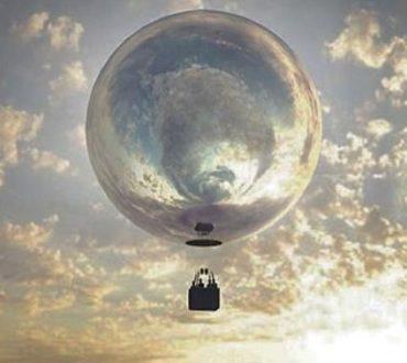 To αερόστατο – καθρέφτης πετά πάνω από τοπία και πόλεις και αντανακλά τις ομορφότερες πλευρές τους