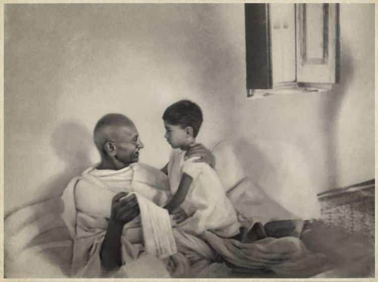 Γκάντι: Η φτώχεια είναι η μεγαλύτερη μορφή βίας