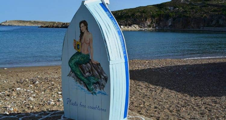 Κίμωλος: Μετέτρεψαν βάρκες σε βιβλιοθήκες και τις τοποθέτησαν σε παραλίες