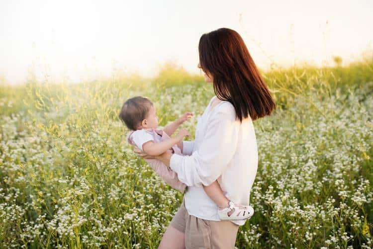 Μητρότητα. Όλη η αγάπη αρχίζει και τελειώνει εκεί: 20 αποφθέγματα για την Ημέρα της Μητέρας