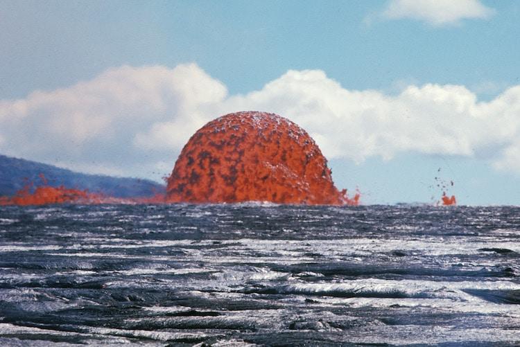Σπάνια φωτογραφία αποκαλύπτει έναν απόλυτα συμμετρικό θόλο λάβας από έκρηξη ηφαιστείου στη Χαβάη