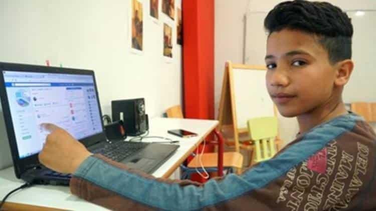 13χρονος πρόσφυγας διδάσκει ελληνικά μέσω του Facebook