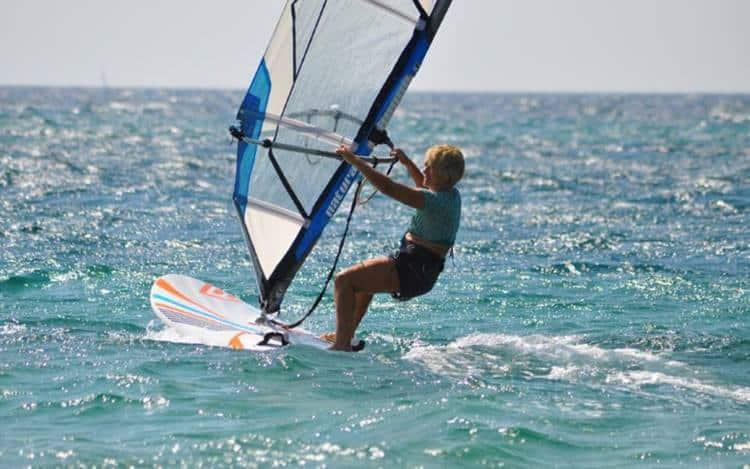 81χρονη windsurfer από την Κεφαλλονιά εντυπωσιάζει με τη δύναμη της θέλησής της