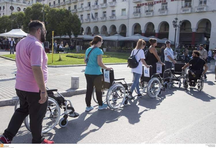 «Επιστρέφω σε 5 λεπτά»: Άτομα με αναπηρία στέλνουν ηχηρό μήνυμα σε ασυνείδητους οδηγούς της Θεσσαλονίκης