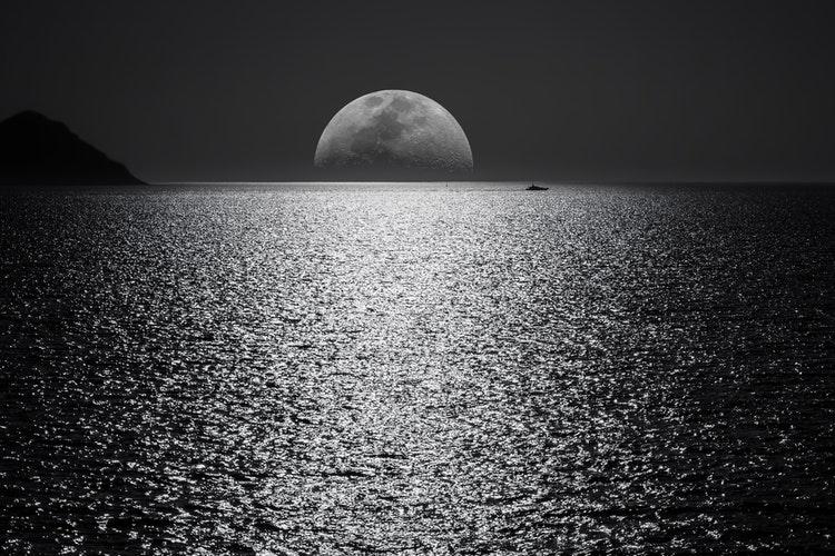 Ένα φεγγάρι, μια παραλία, ο έρωτας της ζωής μας και ξέρουμε εμείς να ζήσουμε