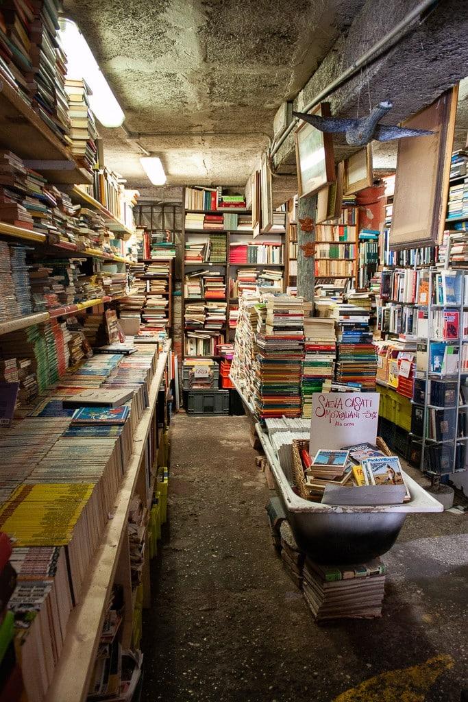Liberia Acqua Alta: Το ομορφότερο βιβλιοπωλείο της Βενετίας που βρίσκεται δίπλα στο νερό (φωτογραφίες)